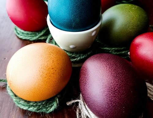 Uova pasquali colorate