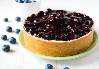 Cheesecake con topping cremoso ai mirtilli