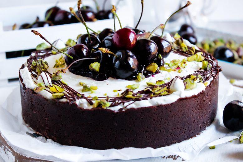 Cheesecake con ciliegie, cioccolato fondente e pistacchi