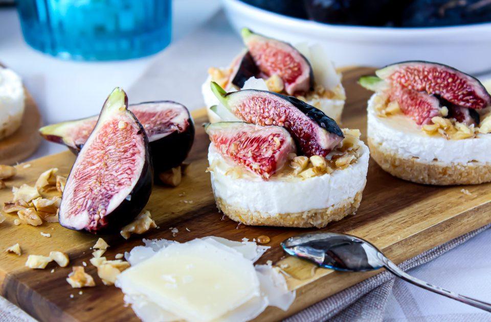 mini cheesecake con ricotta, fichi neri e noci
