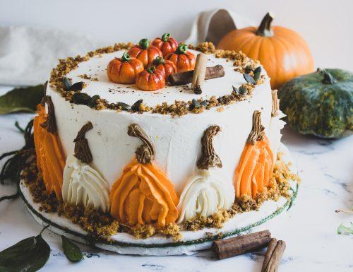 Chiffon cake alla zucca, farcita e decorata
