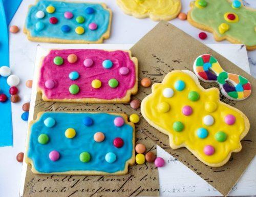 Biscotti di Carnevale con glassa e confettini