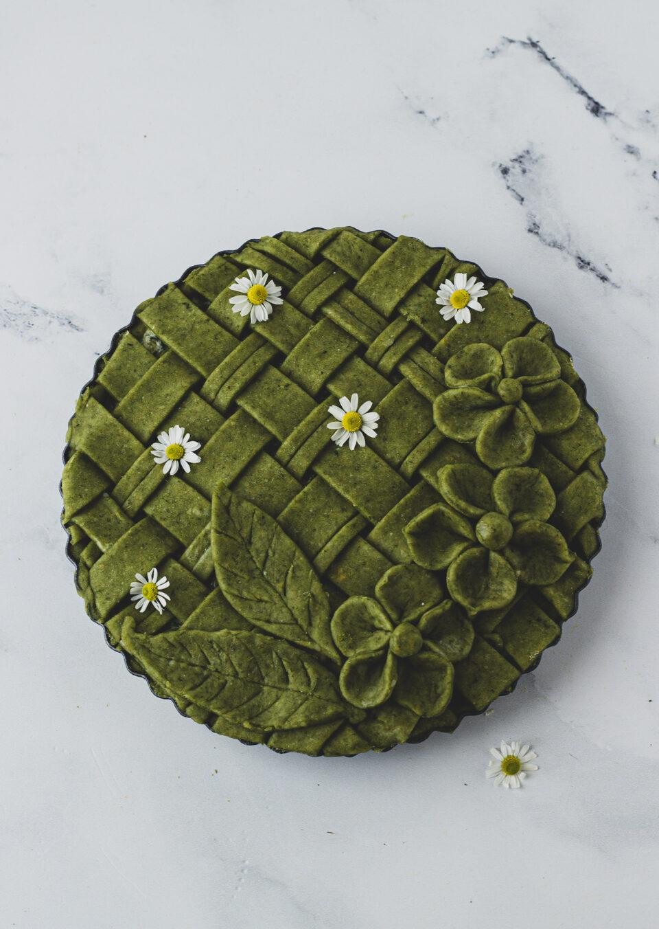 crostata salata con spinaci e fiori di frolla