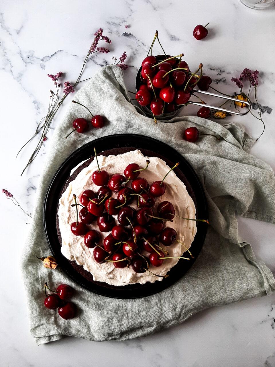 torta al cioccolato con ciliegie, panna e mascarpone