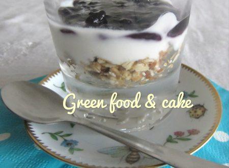 Yogurt in coppa con muesli e mirtilli
