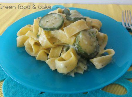 Tagliatelle con pesto di basilico e zucchine