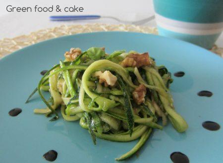 Tagliatelle di zucchine con noci e basilico