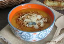 Zuppa cremosa di zucca e patate con mandorle croccanti e pan profumato