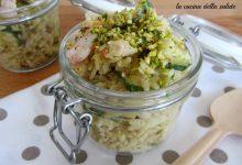 Insalata di riso tiepida con gamberi, zucchine e pistacchi