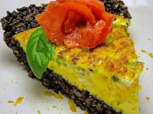 Frittata in crosta di Riso Venere croccante, con Salmone affumicato.