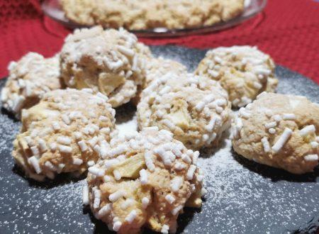 Biscotti morbidi alle mele con granella di nocciole