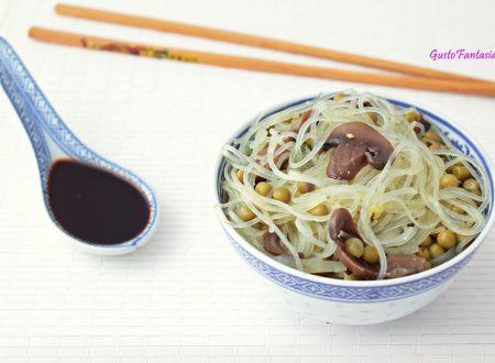 Spaghetti cinesi con funghi e piselli