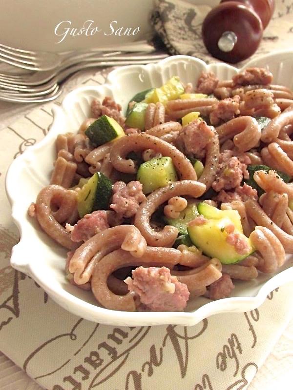 pasta di farro salsiccia e zucchine
