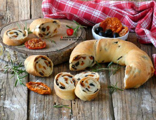 Pane farcito con olive e pomodori secchi