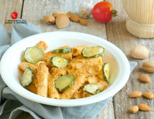 Pasta con pesto alla siciliana con ricotta e zucchine