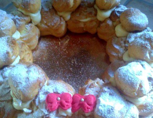 Corona di bignè con crema pasticcera