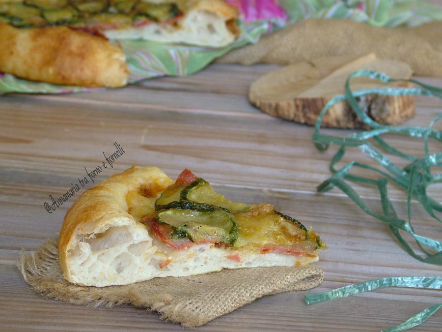 Pizza con salame piccante e zucchine