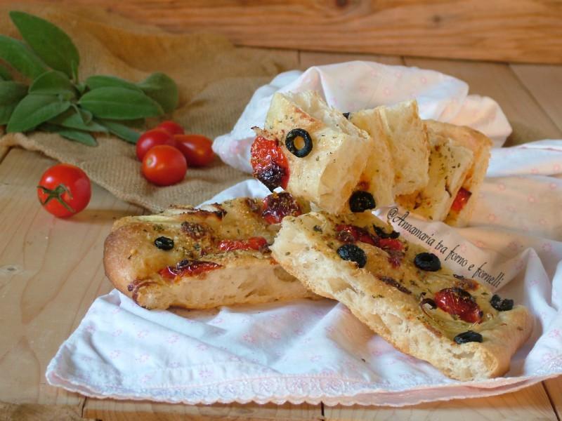 focaccia con olive nere cipolla e pomodorini