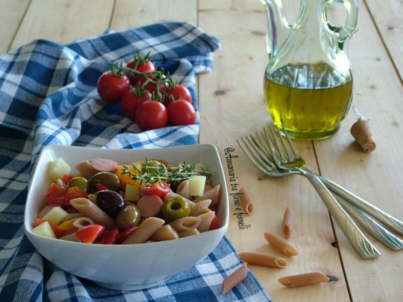 insalata di pasta con olive e wurstel