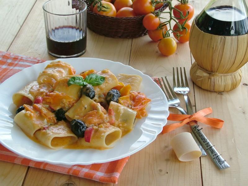 paccheri cremosi con pomodori gialli e olive