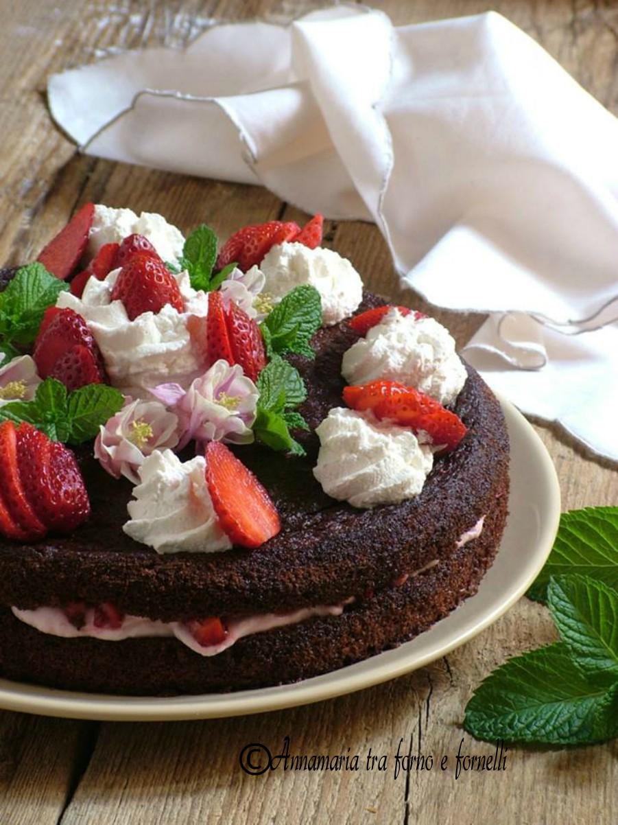torta al cacao con fragole verticale