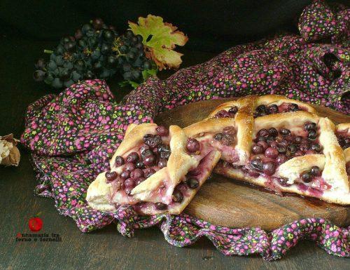Pizza dolce farcita con uva fragola
