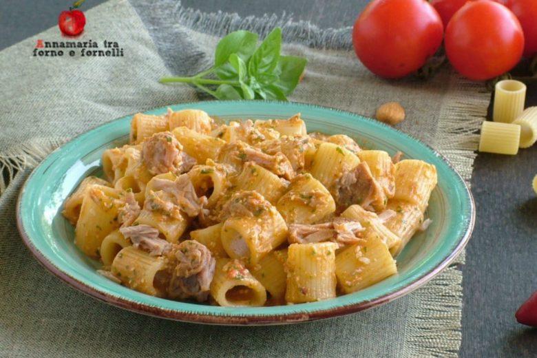 Pasta con pesto siciliano e tonno