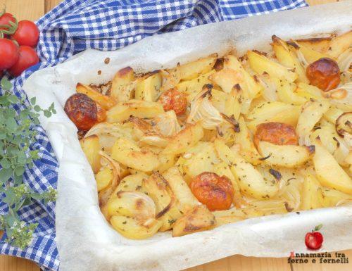 Patate con cipolla e pomodorini al forno