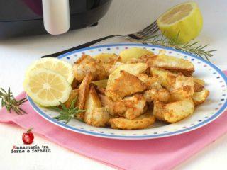 Pollo e patate sabbiosi cotti nella friggitrice ad aria
