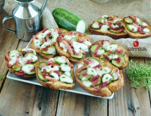 Crostoni di pane con zucchine e pancetta
