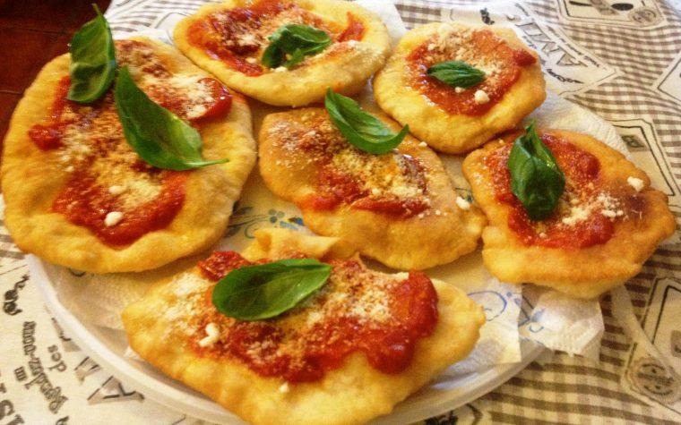 Montanare (pizzette fritte napoletane)