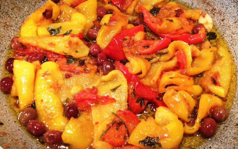 Peperoni con olive gratinati in padella