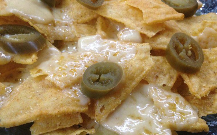 Nachos con formaggio e jalapenos