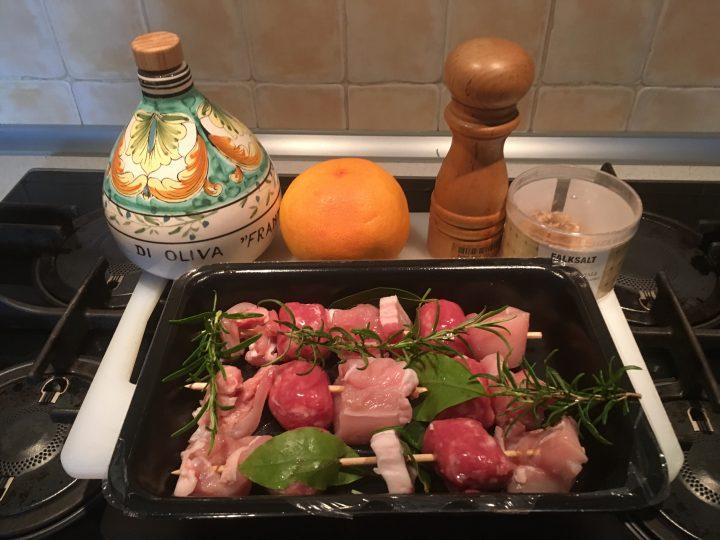Spiedini di pollo al pompelmo e pepe rosa su BBQ
