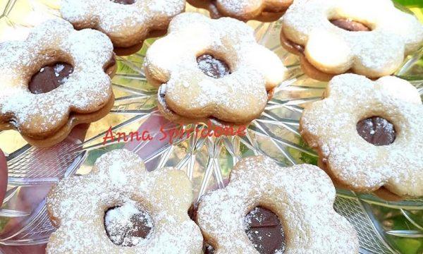 Biscotti fiore con crema alla nocciola