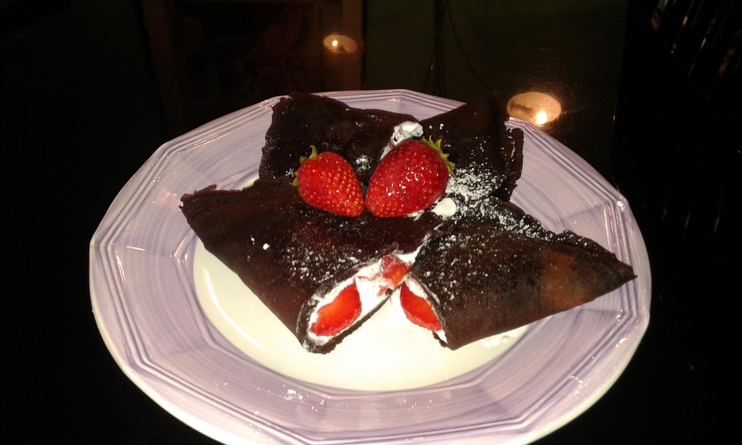 Crepes al cioccolato con fragole e panna montata