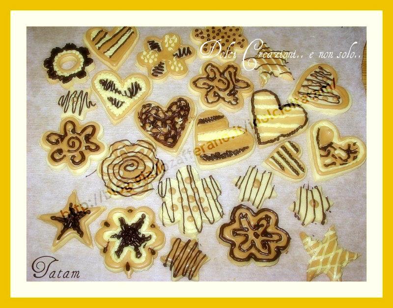 Biscotti decorati con glassa al caffè cioccolato bianco e fondente