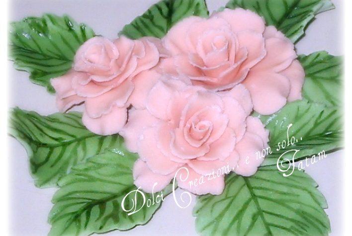 Rose e foglie una delicata composizione