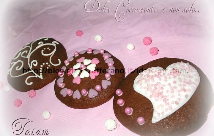 Biscotti al caffe' decorati con ghiaccia reale