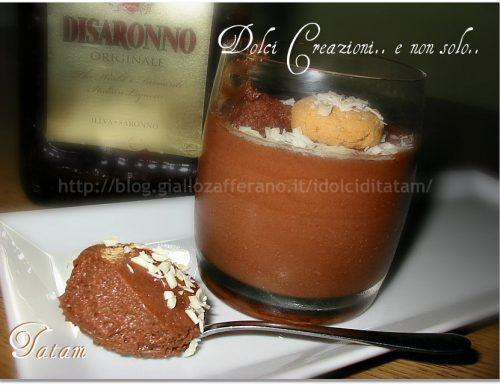 Mousse al cioccolato e liquore all'amaretto