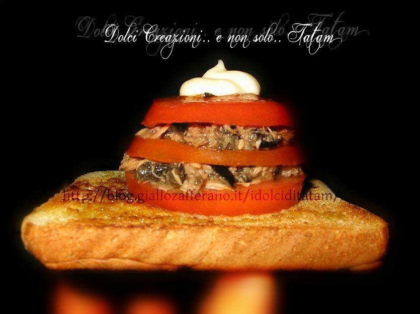 Millefoglie di pomodori su pane croccante