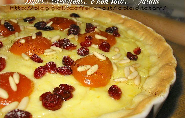 Crostata con pasticcera, albicocche sciroppate mirtilli rossi e pinoli
