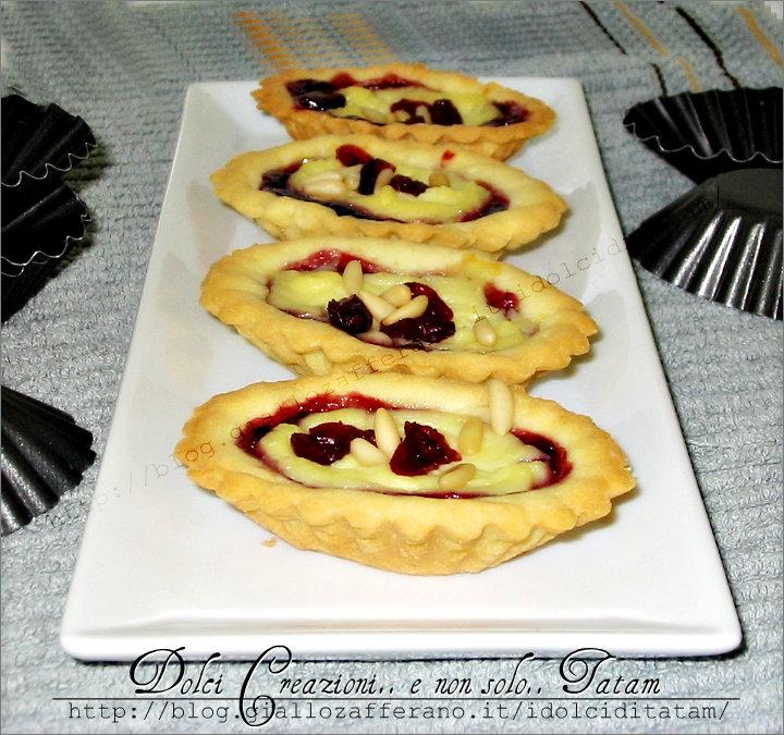 Pasticcini con crema pasticcera e mirtilli rossi