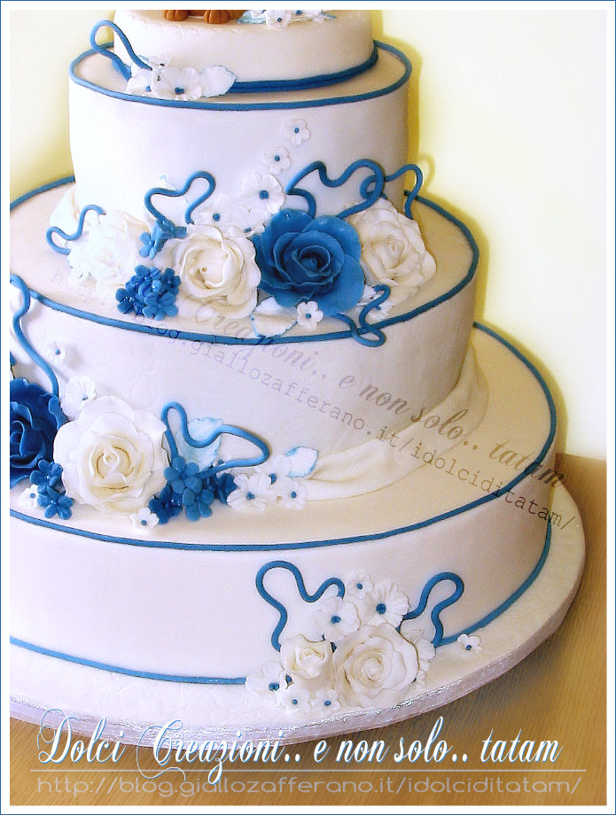 wedding cake with blue roses white and blue roses wedding cake torta decorata a piani 26830