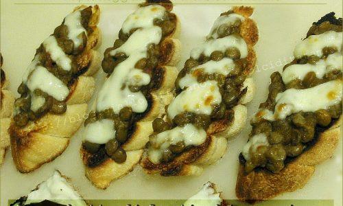Bruschette con lenticchie e formaggio gratinato