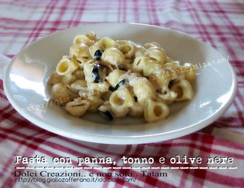 Pasta con panna, tonno e olive nere
