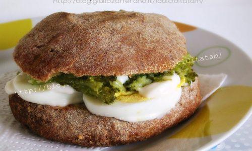 Panino integrale con uovo sodo e broccoli