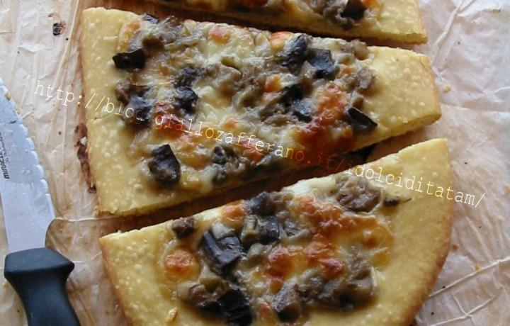 Pizza di pane con melanzane e scamorza