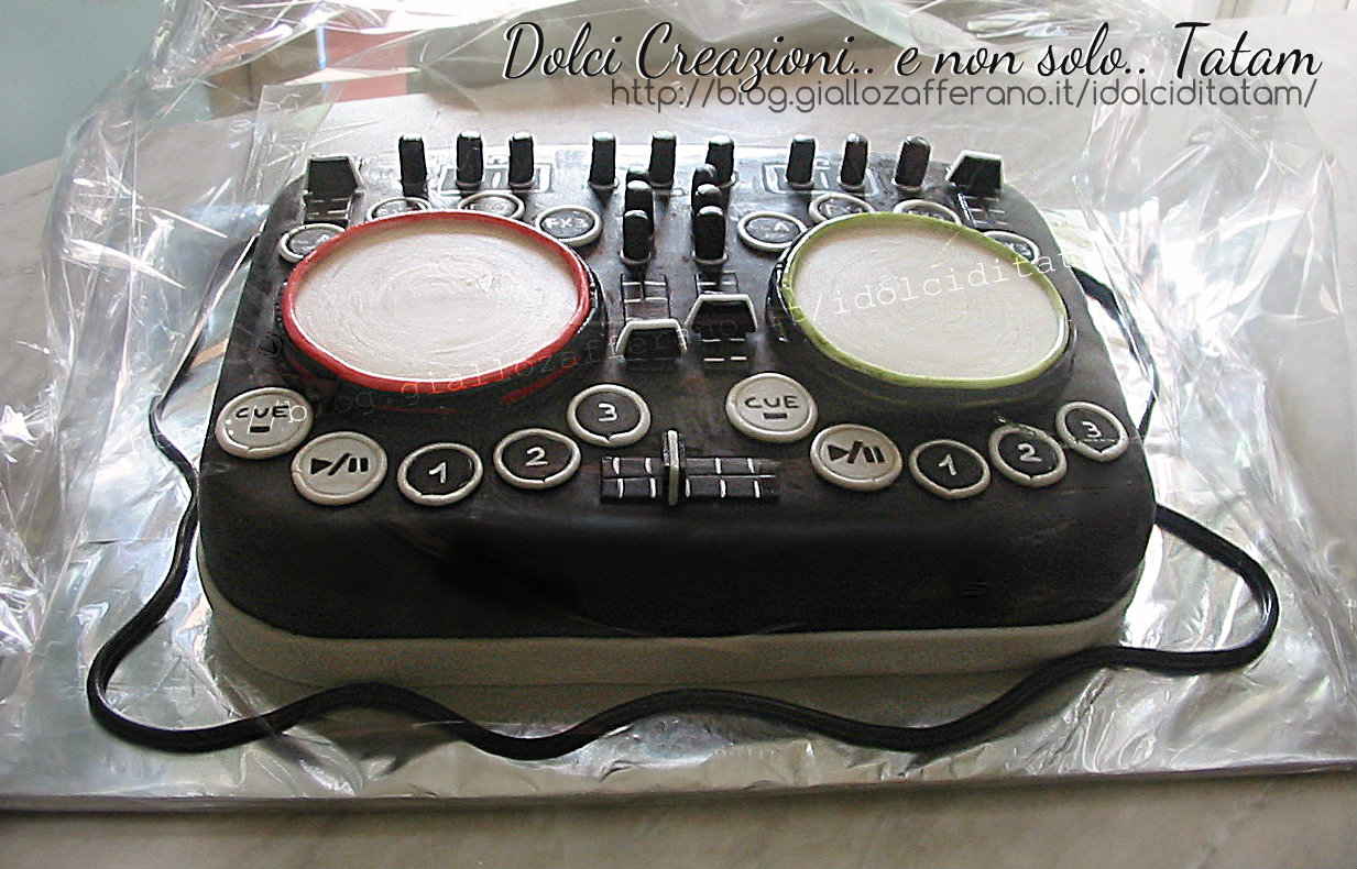 torta decorata console dj cake design e pasta di zucchero. Black Bedroom Furniture Sets. Home Design Ideas