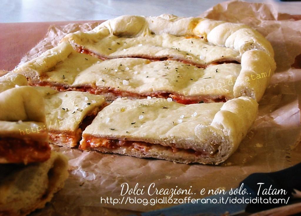 Focaccia ripiena pomodoro e mozzarella